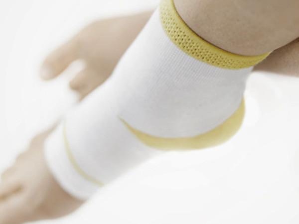 Füße mit Sprunggelenksbandage
