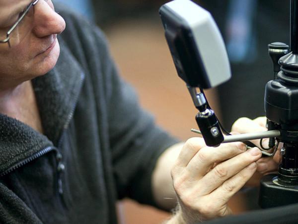 Techniker installiert elektronische Rollstuhlsteuerung
