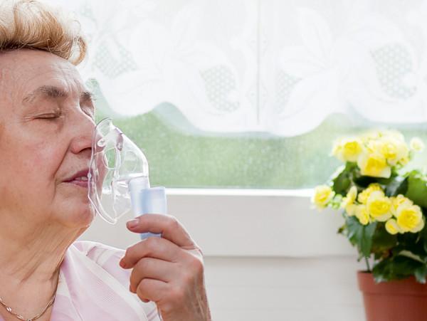 Seniorin nutzt Sauerstoffversorgung