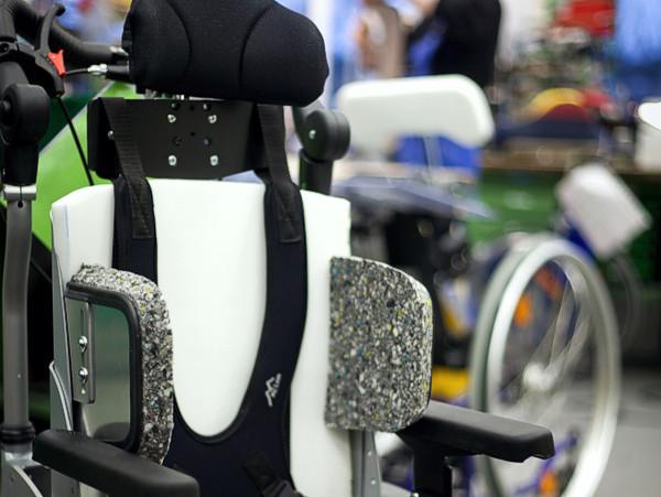 Rollstuhl im Rohbau