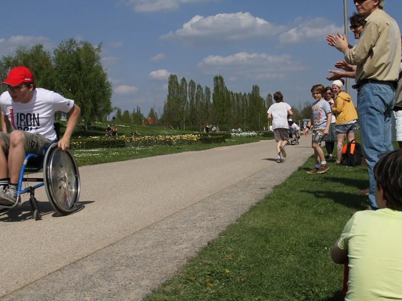 Rollstuhl-Rennszene mit begeistertem Publikum.